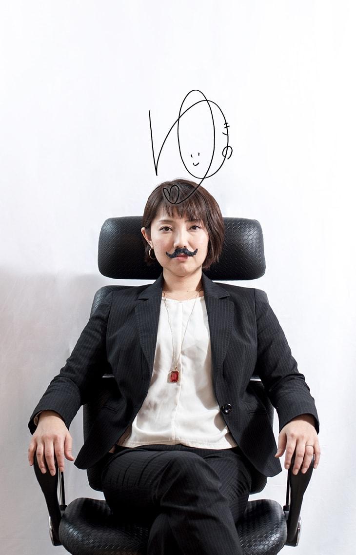 偉そうに椅子に座る弊社取締役の写真
