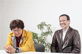インタビュー中、座って話す末次夫妻の笑顔写真