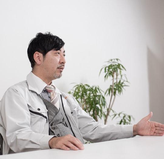 インタビュー中、座って話す黒木真之介さんの写真
