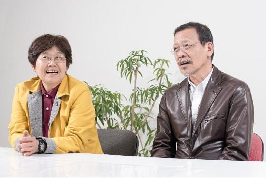 インタビュー中、座って話す末次夫妻の写真